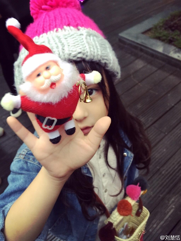 刘楚恬吃东西的照片更是萌化了一众网友,闭着眼睛吃虾的表情实在太