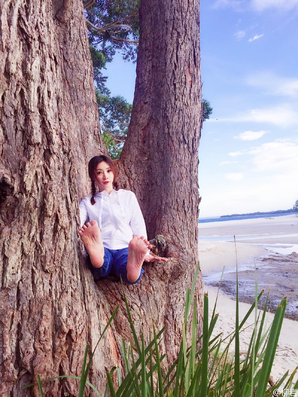 此时正值澳洲的夏天,照片中,柳岩扎着麻花辫十分俏皮可爱,一会儿光脚