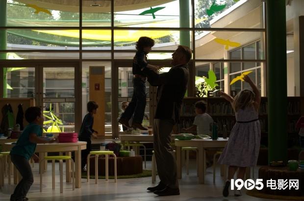 《幼儿园特警2》曝剧照 《洛基4》猛男变身暖男