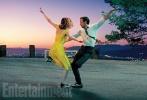 """由《爆裂鼓手》导演达米安·沙泽勒执导的新片《爱乐之城》首都曝光剧照,影片由""""高司令""""瑞恩·高斯林和 """"石头姐""""艾玛·斯通合作出演,讲述了在现代化的洛杉矶,一位爵士乐钢琴家与一名具有抱负的女演员之间的爱情故事。照片中,两位主演跳起上世纪三十年代好莱坞演员弗雷德·阿斯泰尔和金吉·罗杰斯的舞蹈,用华尔兹表达对对方的浓浓爱意。"""