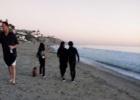 章子怡产后首度露面 与汪峰恩爱牵手漫步海滩