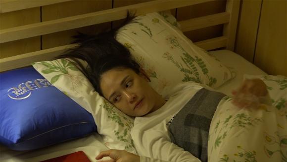 《旋风孝子》陈乔恩着性感吊带睡衣出镜