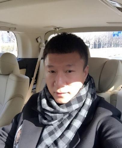 孙红雷戴格子围巾晒自拍 网友:眼睛有点肿(图)