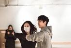 """日前,时尚爱情喜剧《闭嘴!爱吧》在韩国如火如荼拍摄中,开拍以来首尔天气一直维持在零度左右,但低温并未影响演员和剧组人员的工作热情。作为白色情人节的小惊喜,影片首度公开发布郑秀晶练舞视频,认真工作的她不时散发出""""强攻""""气息,撩妹技能满点。"""