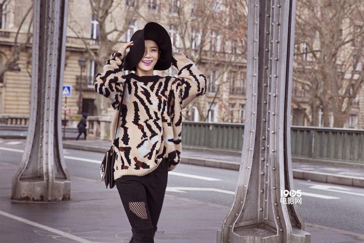 近日,袁姗姗曝光了一组在巴黎拍摄的写真大片。照片中,袁姗姗头戴黑色礼帽,身穿不规则条纹针织衫,再配上简约的黑色长靴平添酷感,简约中正好突出身材与气场优势,轻松穿出时髦!袁姗姗轻松游走埃菲尔铁塔旁的街道、花艺店、陶瓷店,自信优雅,不经意间的性感才更迷人!
