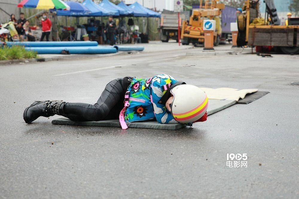 """1905电影网讯 文伟鸿执导,古天乐、张家辉、吴镇宇、佘诗曼主演的电影《使徒行者》目 前正在香港热拍,1905电影网特别前往拍摄地进行独家探班。当天正赶上剧组拍摄一场惊险刺激的飞车重头戏,看得人心惊胆战。而女主角佘诗曼的戏份也相当 辛苦,她不仅要趴在湿滑冰冷的地面上,还要一遍一遍地翻滚。令人意外的是,佘诗曼都是亲自上阵完成拍摄,敬业程度可见一斑。 佘诗曼再演""""钉姐"""" 亲自上阵不惧雨地翻滚 当天的拍摄现场被布置成了工地的模样,一大早剧组人员就已经全部就位,不料天公不作美,一直下大雨,"""