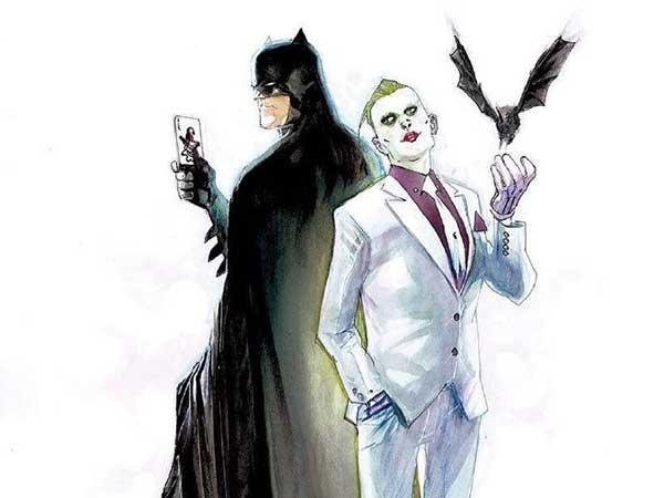 新版小丑造型 今日,外媒曝出了漫画新版小丑的造型,这版小丑由著名画师Rafael Albuquerque设计。这也是DC Rebirth系列首个小丑定妆照。 新造型将收在6月发行的《蝙蝠侠》第一期里,可以看出,新版小丑结合了弗兰克·米勒执笔的《蝙蝠侠:黑暗骑士归来》小丑(白西装领带和紫衬衫),同时也借鉴了《x特遣队》里杰瑞德·莱托饰演的小丑(精瘦+大背头绿发)造型。与老爷的共同出现,预示了在这部作品中,两人还会继续无休止的争斗下去。 DC的这次重启可能将所有旗下漫画全部从第一