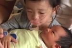 姐弟温情!汪小菲微博晒女儿含着奶嘴抱弟弟