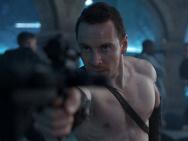 《刺客信条》曝新剧照 法鲨秀肌肉举枪瞄准敌人