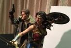 《帝国》独家曝光《神奇女侠》一张新剧照,盖尔·加朵饰演的戴安娜公主头发凌乱,她俯身蹲下来,似乎看到了极其令人揪心的一幕,眉头紧皱、嘴唇微张,身旁的伤亡人员不计其数。虽然她具有超乎寻常的能量,然而战争的破坏力却能穿透一切,不难看出戴安娜已经身心俱疲。