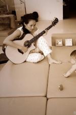 章子怡对醒醒弹吉他显温柔 要培养下一个汪峰?