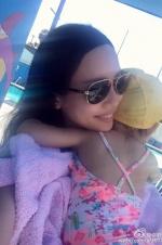 王力宏娇妻李靓蕾带女儿游泳 2岁嘉莉变小美人鱼