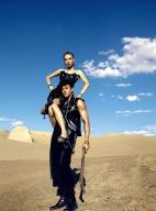 何润东大展男友力 沙漠秀肌肉美艳娇妻扛肩头