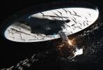 """9月,正是《星际迷航》系列诞生50周年的正日子,而正在上映的这一集《星际迷航3:超越星辰》,除了《速度与激情》导演林诣彬带来那首""""摇滚救世界""""的疯狂刺激之外,另一大特点,是它着重重现了老版风骨。老史波克大尉的逝去、结尾的老版大合照以及片尾的缅怀字幕让人泪目,很多人说,这不仅是今年好莱坞最大制作的科幻大片,更是一部走心的电影。"""