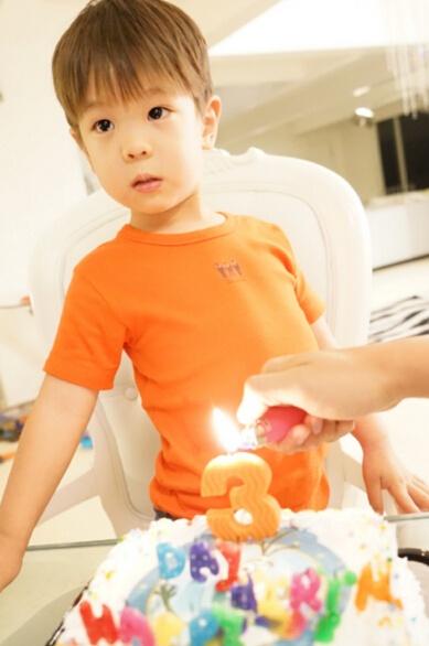 照片中,嗯哼身穿橘色t恤,俏皮可爱.