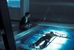 由迈克尔·法斯宾德和玛丽昂·歌迪亚主演的影片《刺客信条》于近日公布了数张全新的剧照和片场照。在剧照上,法斯宾德身手矫健,很多动作场面的拍摄令人无比期待。而在一些现代社会的剧照中,那种阴冷的色调,朴素的制服,又有着相当强烈的科幻片的质感。总体来说,《刺客信条》这部游戏改编电影,已经有了优质大片的潜质。