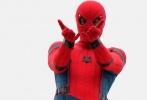 《蜘蛛侠:归来》目前在美国纽约热拍,随着拍摄的深入,一组新片场照也已流传到网上。汤姆·赫兰德在片场不时抬头望向高处,当然也有亲身上阵拍动作戏的时候。