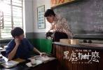 由王一淳执导,曾在柏林、上海、纽约各大影展吸睛无数的《黑处有什么》,今日发布荒诞版海报及预告片。