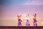 由环球影业和照明娱乐联手打造的全新动画电影《欢乐好声音》日前在多伦多电影节举行了首映,获得媒体和观众的如潮好评。今日影片首次曝光正式版中文预告,主要角色和剧情初见端倪,温馨爆笑的风格也十分鲜明,令观众十分期待。