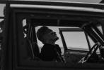 目前已经进入后期制作阶段的《金刚狼3:罗根》再度公布了数张片场照。波伊德·霍布鲁克的角色首次揭晓。他将在片中扮演一位名为皮尔斯的角色。在片场照中,他坐在汽车上,带着墨镜,似乎心事重重。而在其他的剧照里,被铁丝网封闭起来的场所、街头上的积水,都显现出了影片的阴郁和颓废的风格。