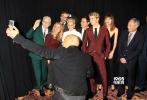 """当地时间10月14日,李安新作《比利·林恩的中场战事》在纽约国际电影节举行了盛大的全球首映礼,导演李安携妻子、特别介绍乔·阿尔文,主演克丽丝滕·斯图尔特、克里斯·塔克、加勒特·赫伦德、李淳、范·迪塞尔、史蒂夫·马丁等众明星集体亮相红毯。首映之后,对于影片的评论即刻在国外社交网络上引发激烈讨论。电影所采用的超前技术所带来的前所未有的观影体验是人们争论的焦点,虽然对技术的评价意见不一,但媒体和观众都一致对于李安的大胆尝试表示尊敬,《好莱坞报道者》评价道:""""李安拓宽了电影的"""