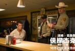 由美国派拉蒙影片公司和美国天空之舞制作公司,联合上影集团、华桦传媒出品的特工犯罪电影《侠探杰克:永不回头》即将于10月21日中美同步公映。上周,由主演汤姆·克鲁斯率领的侠探小分队——导演爱德华·兹威克,女主演寇碧·史莫德斯一同惊喜现身中国,为影片宣传造势。此次男神汤姆·克鲁斯极为接地气,不仅贴身上演肉搏战令人血脉喷张,与寇碧·史莫德斯微妙的爱情火花更让影迷们直呼期待,昔日男神风采依旧,撩妹技术不减当年,让这部特工犯罪电影尤为亮眼。