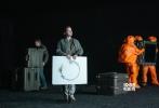 """导演丹尼斯·维伦纽瓦的新片《降临》曝光五张新剧照、幕后照,艾米·亚当斯饰演的外星语言学家身负重担、一脸坚定,""""鹰眼""""杰瑞米·雷纳抬头仰望,两人似乎都在探索神秘而未知的宇宙,并对外星生物的到来保持警惕、做好充分准备,同时又充满好奇。"""