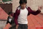 """由""""宝莱坞之王""""沙鲁克·汗主演的动作片《脑残粉》今日发布一款动作版幕后特辑,视频中展示了片中大量动作场面的拍摄秘辛。其中沙鲁克·汗一人分饰两角上演左右互搏,化身印度版""""成龙"""",穿梭于街头巷尾,飞檐走壁狂奔飙车。据悉本片中全部动作场面均为本人亲自上阵,甚至受伤也咬牙坚持,彰显这位印度最著名男星的敬业态度,其对待工作的热情也为《脑残粉》带来别具一格的动作场面。"""