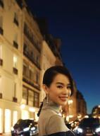 胡杏儿漫步巴黎街头自然随性 心情闲适享受旅行