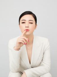 蒋欣最新大片深V性感秀深沟 优雅变身妩媚大女人