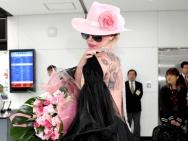 Lady GaGa东京机场大露背看呆宅男粉 360度献吻