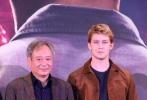"""距离《比利·林恩的中场战事》登陆内地院线还有一周。11月6日,导演李安携影片主演乔·阿尔文、李淳亮相北京首映发布会。谈到在新作品中使用的120帧新技术,李安认为这对他来讲并不是多么跨越式的""""挑战"""":""""在我的认知里它和故事没有分别,一个是体一个是面,同样重要。""""他还表示,《比利·林恩的中场战事》只是数码电影领域技术革新的开端,而自己也还在学习如何掌握,未来电影人在这一领域的探索会有更多的可能。"""