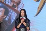 """今日,将于2017年大年初一公映的电影《功夫瑜伽》在上海举办首场发布会。导演唐季礼携主演成龙、李治廷、母其弥雅、姜雯出席。与以往不同的是,这场发布会没有选择在酒店举办,而是在世界最高级别的耐力锦标赛现场——WEC上海赛车场赛道正上方的""""空中平台""""举行,发布会期间,赛车在平台下一辆辆呼啸而过,飙车主题氛围十足。"""