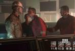 """高分灾难巨制《深海浩劫》将会在11月15日登陆全国影院,本片由《变形金刚4》、《偷天换日》、《泰迪熊》的男主马克·沃尔伯格出演,还有""""小鲜肉""""迪伦·奥布莱恩为影片提供新鲜血液。除此之外,老戏骨库尔特·拉塞尔和约翰·马尔科维奇也加盟影片,以绝对实力演绎了影片中""""最负责""""和""""最贪婪""""的两个一正一反的角色,为电影又提供了一大看点。"""