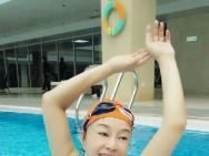 61岁刘晓庆晒素颜泳池照 身材妖娆宛若出水芙蓉