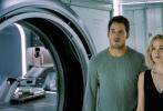 近日,电影《太空旅客》曝出多张剧照,其中我们可以看到剧照中多位詹妮弗·劳伦斯和克里斯·普拉特的对戏。而在电影中大部分的剧情也基本由二人完成。其中在克里斯·普拉特单人剧照中,背景还出现了中文和日文字样。