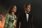由《阿甘正传》导演罗伯特·泽米吉斯执导,好莱坞巨星布拉德·皮特、奥斯卡影后玛丽昂·歌迪亚联袂主演的爱情谍战巨制《间谍同盟》正式宣布改档11月30日。今日,该片再曝一款海报及预告片,皮特与玛丽昂共赴生死,火爆枪战及大场面爆破接踵而至,一闪而过的车内激情更让这段战地恋曲愈显炽烈。此外,影片地跨三国进行拍摄,将全景式展现二战期间的乱世爱情。