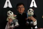 """8月30日,成龙获得奥斯卡终身成就荣誉奖,成为首位获得该奖项的华人。北京时间11月13日,成龙亲自奔赴美国,捧起奥斯卡小金人。美国电影艺术与科学学院理事会称:""""成龙擅长以令人炫目的武打动作、创新惊艳的作品与无限的魅力使观众着迷。"""""""