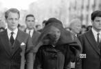 由娜塔莉·波特曼主演的《第一夫人》于近日公布了最新预告片,于此同时大量的黑白剧照也一并曝光。这批剧照中既有娜塔莉·波特曼饰演的杰奎琳·肯尼迪的居家生活场景,也有她陪同丈夫出席重要场合的情景,而对肯尼迪葬礼的再现则为整组图片蒙上了一层悲伤的氛围。