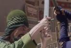 """即将于11月18日上映,由中国电影股份有限公司引进、华夏电影发行有限公司发行的法国年度票房冠军奇幻冒险爆笑大片《阿拉丁与神灯》于今日曝光一款""""我是你爸爸""""段子特辑,无厘头爆笑段子实力致敬星球大战。特辑中阿拉丁与公主在腹黑宰相魔性""""爸爸""""的桥段中,斗智斗勇互戳萌点,在卖萌逗逼的台词中将法国人骨子里的无厘头情怀和浪漫主义诠释得劲辣有道,呈现出一本正经抖笑料的个性视觉享受,绝对称得上有史以来最浪最走肾的""""卖笑系""""真人童话电影。"""