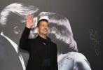 """11月14日,好莱坞电影《间谍同盟》在上海举行首映发布会及红毯仪式,派拉蒙影片公司全球董事长布拉德·格雷携主演布拉德·皮特亮相。首次来华的皮特在红毯上热情与粉丝互动,笑容满面,还十分逗趣地表示听说自己名字的中文发音是""""不辣的皮特"""",并现场""""撒辣椒""""分发给粉丝。据悉,电影《间谍同盟》将于11月30日在内地上映。"""
