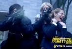 """由本杰明·罗切尔导演,让·雷诺、卡特琳娜·莫里诺、奥尔本·勒努瓦联袂主演的犯罪动作片《反黑行动组》即将于12月9日在中国内地上映。今日,片方发布""""怒火激战""""预告片及海报,曾主演《这个杀手不太冷》的实力派演员让·雷诺宝刀未老,由铁血柔情的杀手变身""""耿爷""""神警,带领反黑组霸气迎战犯罪团伙,一场生死攸关的正邪混战即将上演。"""