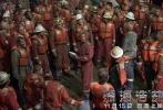 """2016最强灾难巨制《深海浩劫》,由拍摄过《超级战舰》的好莱坞著名导演彼得·博格执导,《变形金刚4》、《偷天换日》、《泰迪熊》男主马克·沃尔伯格实力加盟,同时力邀《移动迷宫》迪伦·奥布莱恩、金球奖最佳女主角吉娜·罗德里格兹、凯特·哈德森、老戏骨库尔特·拉塞尔和约翰·马尔科维奇联袂出演。今日,片方曝光了一支电影制作特辑,深度揭秘为了呈现这场""""惊世浩劫"""",众主创不顾危险亲自上阵,付出了常人难以想象的努力。这部2016最强灾难片已经于11月15日登陆全国院线。"""