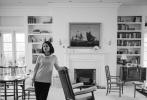 """定于12月2日在北美上映的影片《第一夫人》近日来剧照频发,继几天前黑白剧照公布之后,一组彩照也出现在观众面前。在这组九张彩照中,娜塔莉·波特曼饰演的""""第一夫人""""重现了杰奎琳·肯尼迪生命中几个重要的瞬间,精湛的演技和高雅的气质完美诠释出角色特征。"""
