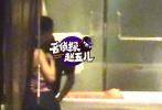 林丹妻子谢杏芳月初顺利产下一子,林丹却被曝在其怀孕期间出轨。据名侦探赵五儿报道,9月中旬,林丹与神秘女子挽手。10月,林丹赴广东比赛,深夜再与该女子酒店亲热,林丹不仅搂住女方腰部,还在屁股上狠狠掐了一把。该女子被指是赵雅淇。