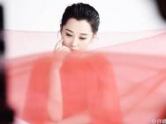 许晴拍片红色薄纱拂面 47岁文艺女神依旧美翻天