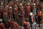 """2016最强灾难巨制《深海浩劫》,由拍摄过《超级战舰》的好莱坞著名导演彼得·博格执导,《变形金刚4》、《偷天换日》、《泰迪熊》男主马克·沃尔伯格实力加盟,同时力邀《移动迷宫》迪伦·奥布莱恩与一众好莱坞顶级卡司联袂出演。影片上映后赞誉连连,口碑爆棚,无论是场均人次还是上座率都高居榜首,更是凭借过硬品质提名美国""""人民选择奖""""最佳剧情片奖项,可以看出大家""""慧眼识珠""""善于发现精良作品。今日,《深海浩劫》再度曝光原片片段""""引爆泪点"""",崭露其打动人心的力量。"""