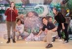 由中影/华夏发行、迪士尼动画工作室制作,《疯狂动物城》、《超能陆战队》、《冰雪奇缘》原班人马打造的《海洋奇缘》(Moana)将于11月25日中美同步公映。电影主题特展在重庆龙湖时代天街正式揭幕。展览上原汁原味呈现的大洋洲风情为日渐寒冷的天气增添了一股暖流,热带风情的主题装扮、主演们的饰品及战斗武器、椰子海盗突围战游戏等吸引了粉丝参观。
