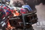 由派拉蒙影业出品,好莱坞传奇大导迈克尔·贝执导的《变形金刚5:最后的骑士》(暂译)将于2017年登陆全球IMAX影院,也宣告《变形金刚》这一大片系列的正式回归。与此同时,IMAX与《变形金刚》及导演迈克尔·贝的合作也将迎来第十个年头。今日,IMAX正式发布了一支《变形金刚》与IMAX十年纪念特辑,其中不仅回顾了前四部的精彩画面,还首次曝光了《变形金刚5》拍摄现场花絮,其中两台IMAX  3D摄影机的运用堪称一大亮点。