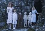 """由好莱坞""""鬼才""""导演蒂姆·波顿执导的《佩小姐的奇幻城堡》即将于12月2日在中国内地上映,这部电影在全球其他市场上映后曾蝉联两周全球票房冠军,是年底影迷不可错过的电影之一。《佩小姐的奇幻城堡》依然保持了独特的""""波顿式美学风格"""",波顿擅长的用一个大开眼界的奇幻童话故事带给观众思考的惯用手法,也在片中展现的淋漓尽致。 """